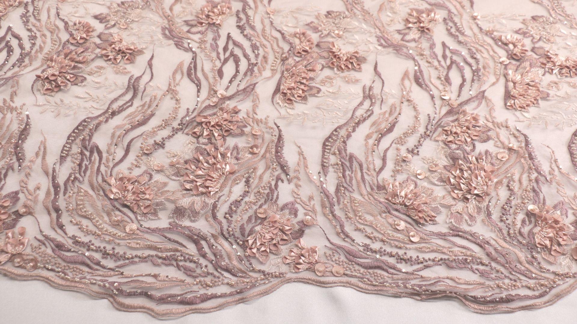 il particolare del tessuto dr6641, appartenente alla categoria ricami con accessori, di Leadford & Logan