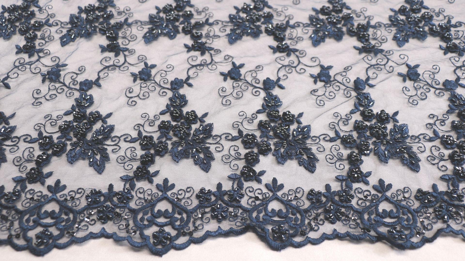 il particolare del tessuto dr7017, appartenente alla categoria ricami con accessori, di Leadford & Logan