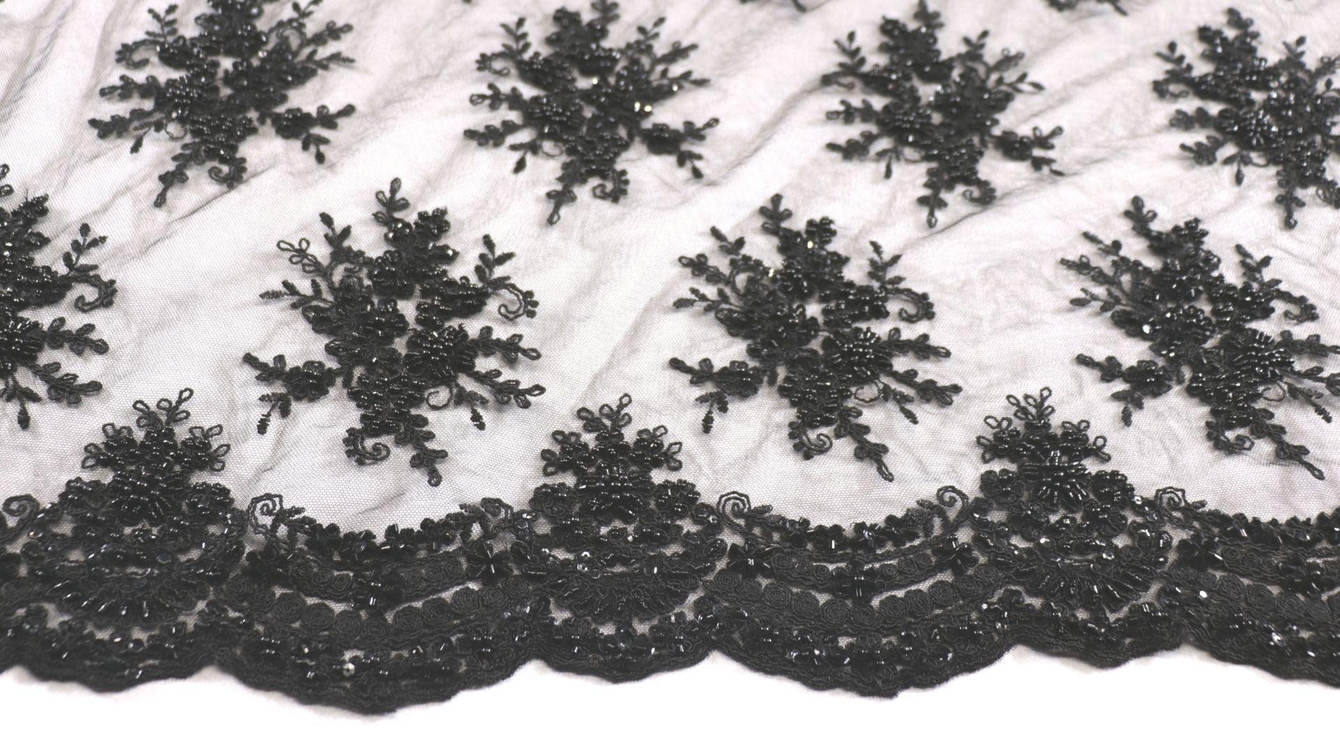 il particolare del tessuto dr9406, appartenente alla categoria ricami con accessori, di Leadford & Logan