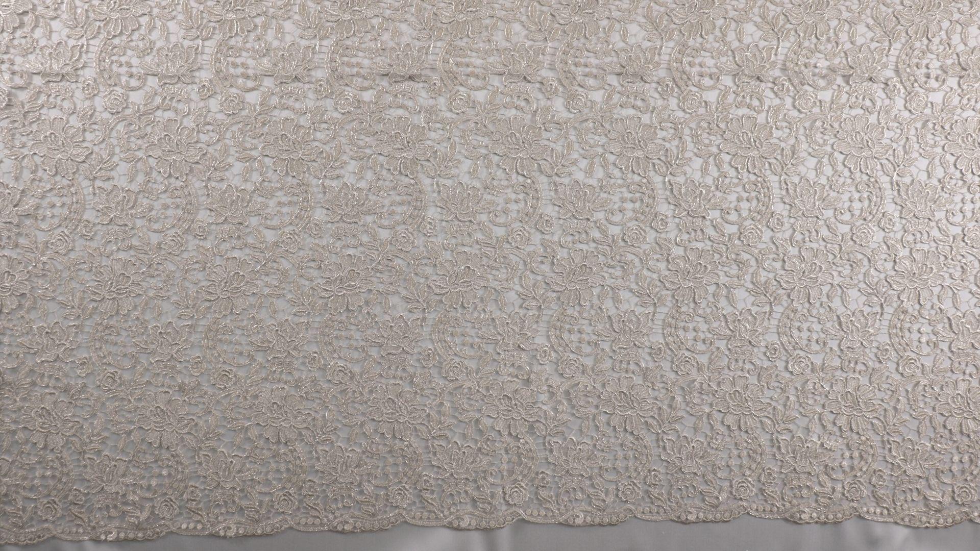 il particolare del tessuto lv10449, appartenente alla categoria ricami con accessori, di Leadford & Logan