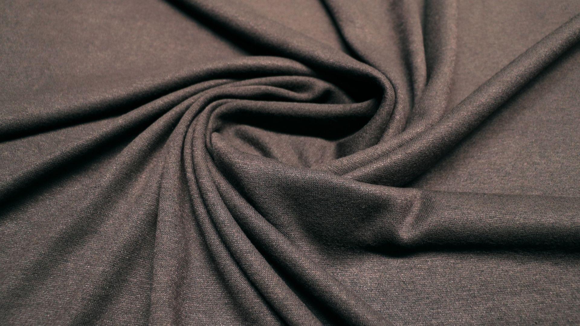 il particolare del tessuto meuve, appartenente alla categoria uniti jersey, di Leadford & Logan