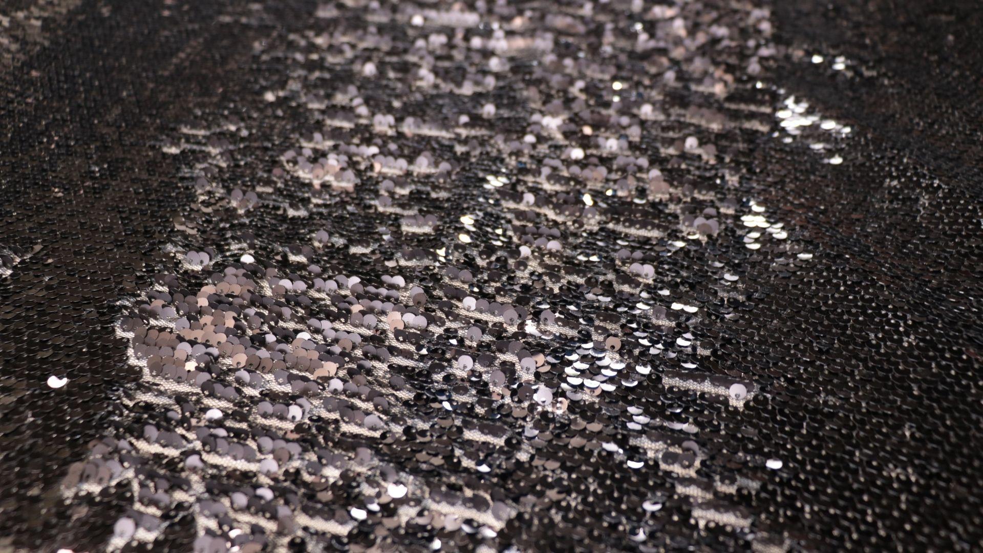 il particolare del tessuto sx009, appartenente alla categoria ricami paillettes, di Leadford & Logan