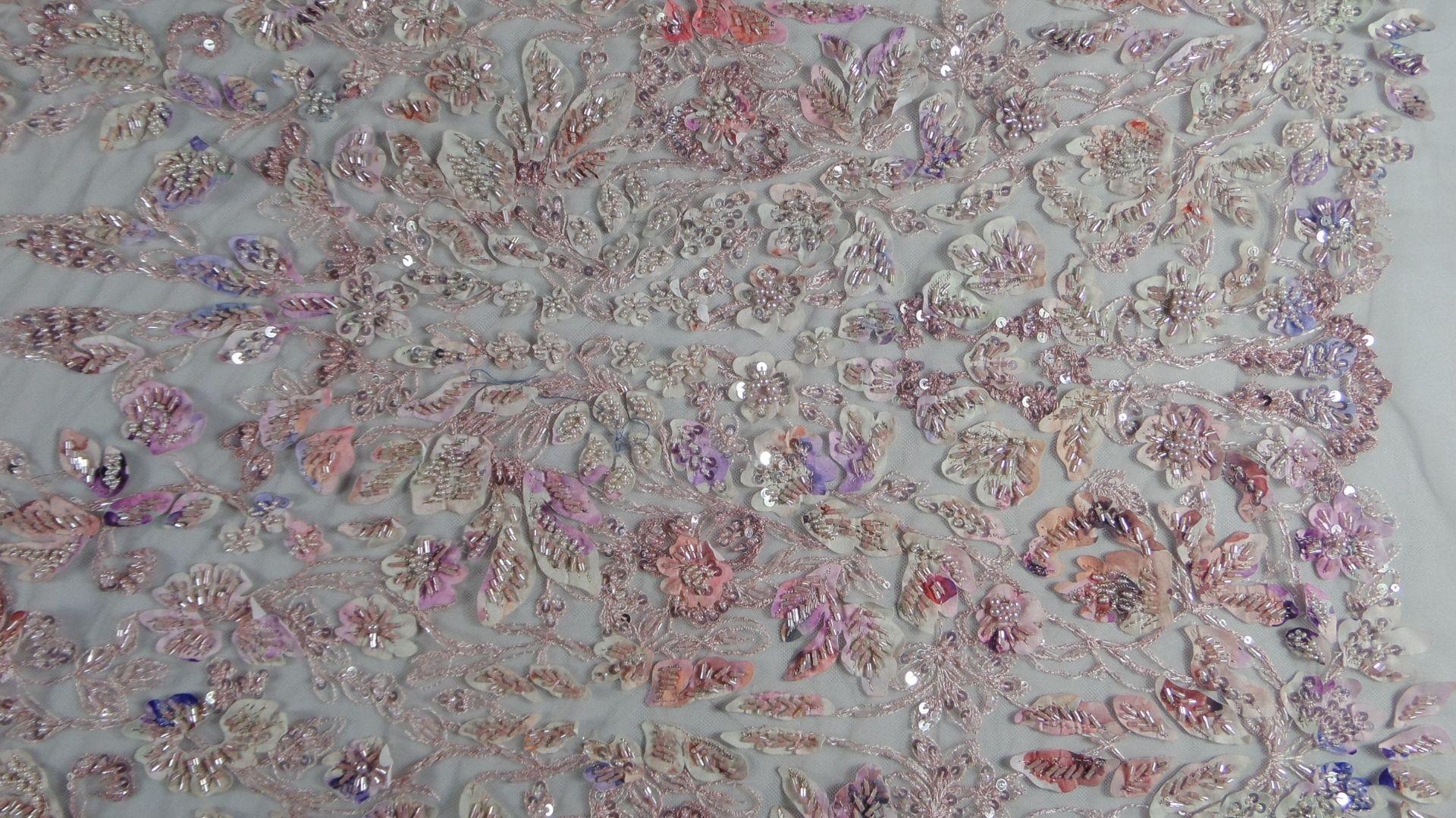 il particolare del tessuto SX005, appartenente alla categoria ricami con accessori, di Leadford & Logan