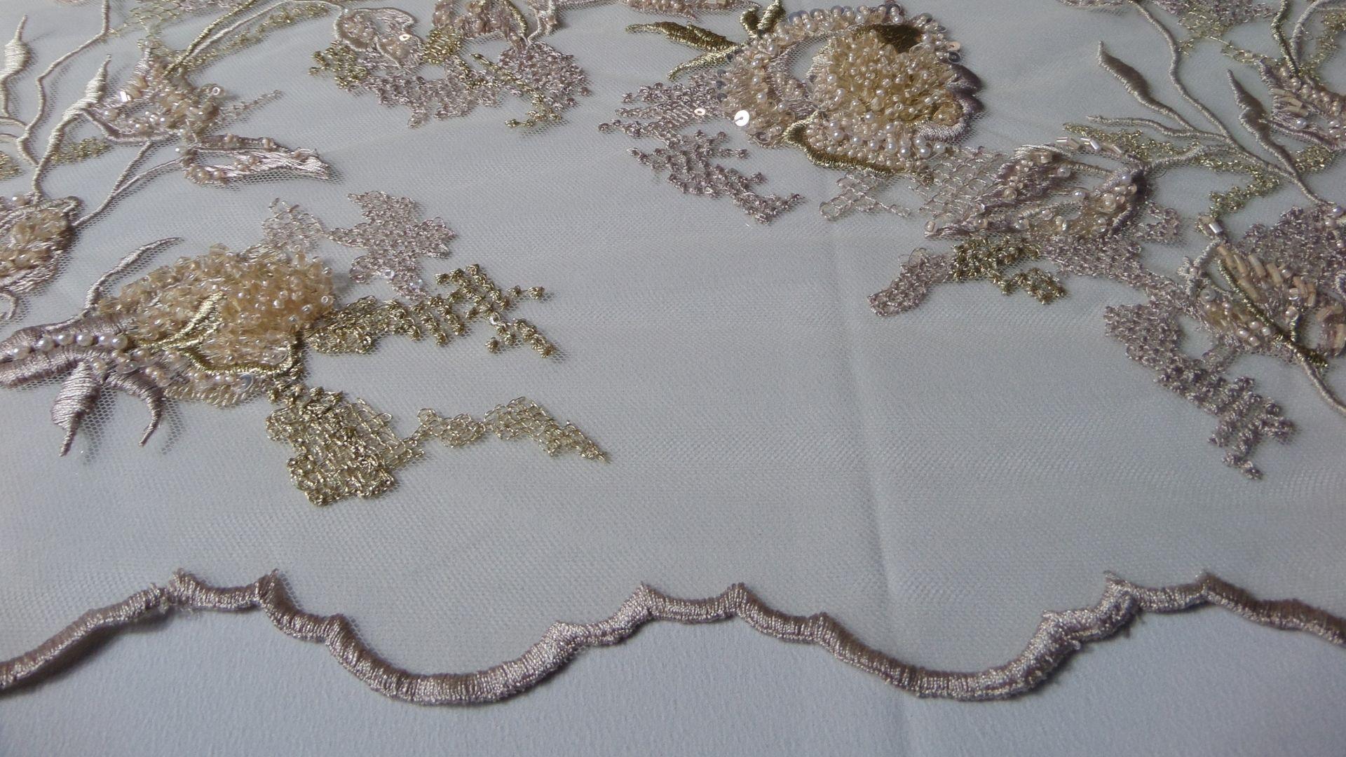 il particolare del tessuto SX228, appartenente alla categoria ricami con accessori, di Leadford & Logan